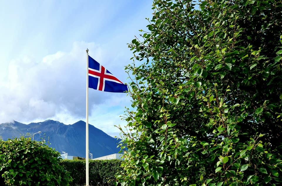 Í dag flöggum við í Brákarhlíð í tilefni afmælis forseta Íslands, Guðna Th. Jóha...